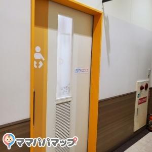 トイレと並んでます。となりが女子トイレです。
