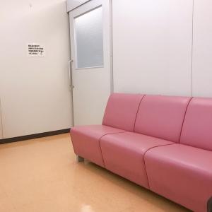 壁側に沿ってソファーがあります。