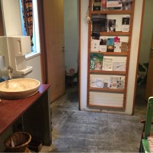 女性トイレ内:奥に個室2つ、右におむつ替えベッド、左に洗面台