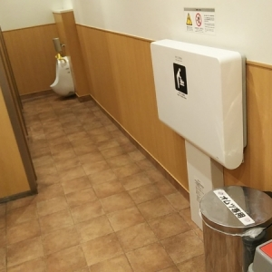 女性トイレ内にもオムツ替え台、オムツゴミ箱あります