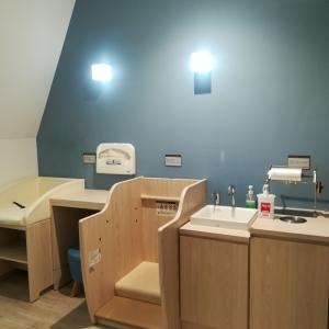 オムツ替えスペースに手洗いあり