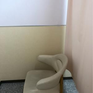 カーテンで仕切られた椅子があり、授乳できるようになっています。