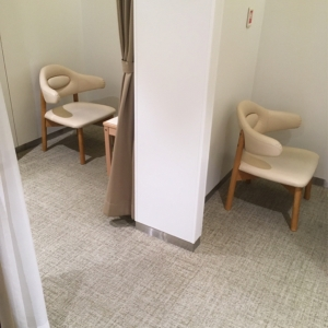 カーテンで仕切れる部屋が2部屋あります