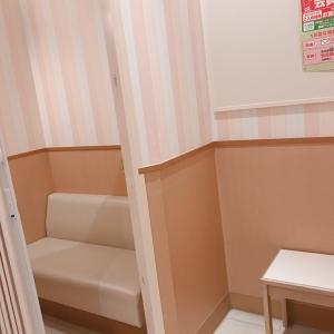 カーテンで仕切れる授乳室あり