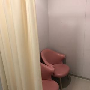 授乳室入口に鍵がかかり、カーテン内に椅子が2脚あります。