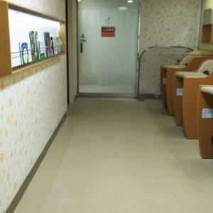 施設内。壁には絵本が数冊。正面奥が授乳室で左奥にファミリートイレがあります