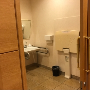 授乳室向かいの多目的トイレ内にオムツ台