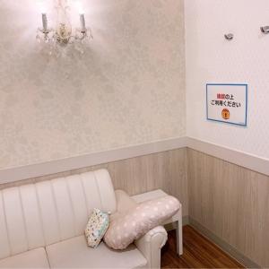 4階のロフトの隣にあります。授乳スペースも広く、授乳クッション・オムツ替えシートがあります。清潔感がありとても良かったです。