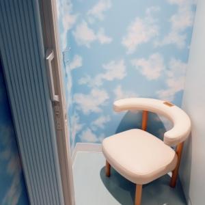 授乳室は鍵がかかり、荷物をかけるフックが壁についています。ベビーカーは入らない感じです。