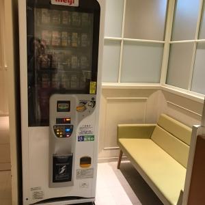 入り口に自販機とベンチがあり、小休憩できます