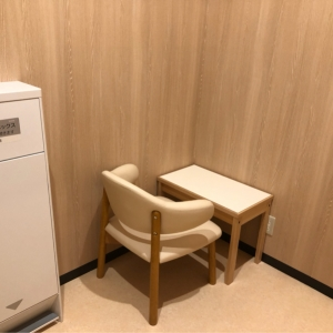 肘置き付きの椅子があります。