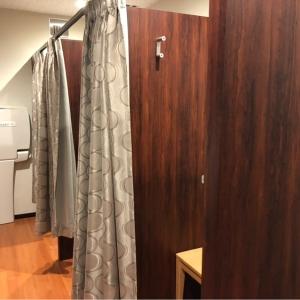 個室は3つ。個室内に背もたれ付きの椅子と小さいテーブルがある。