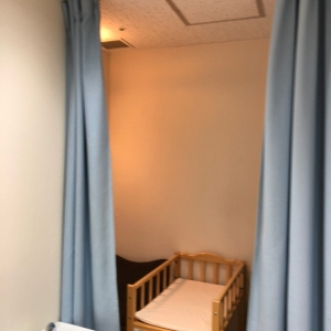 授乳チェアとおむつ交換ベッド(カーテンあり)