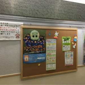 子育て関連のポスターやパンフレットが置いてあります