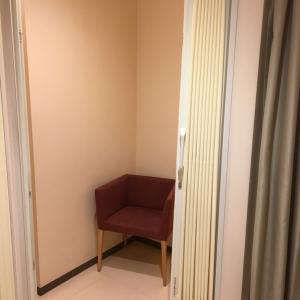 3つの授乳室のうち1つは肘掛け椅子がありました。