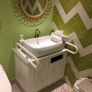 手洗いに石けんと手拭き用ペーパーあります