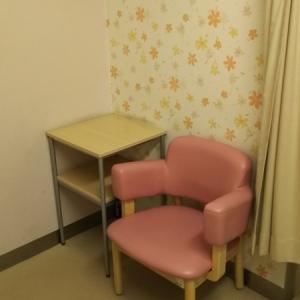 授乳室にはイスと物置き台、鏡があります。カーテンを閉めるタイプ