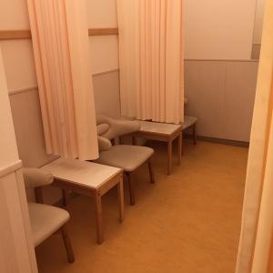 授乳室はオムツ交換台の奥にあります