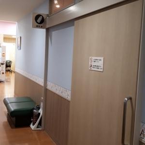 授乳室前に椅子があります