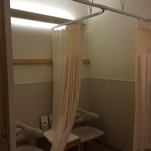 カーテンで仕切られた授乳スペース(全2席)
