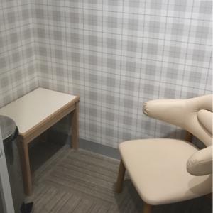 授乳室。コンビの椅子と荷物置き、謎に大きなペダル式ゴミ箱があり、これでいっぱいです。