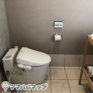 女性用トイレの中にオムツ交換台があります。