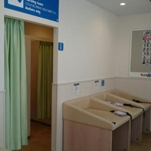 奥にオムツ替え3台と授乳室があります。お尻拭き使い放題です(笑)