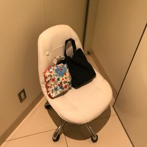 椅子は移動式のもの。荷物台は無し。