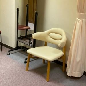椅子とカーテンがあるだけです