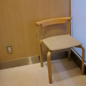 鍵つきの部屋に椅子が3つ並んでいます。