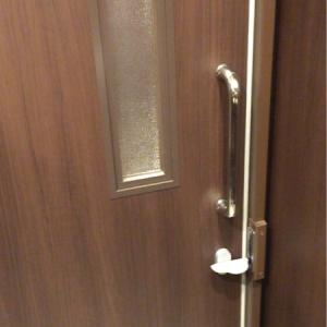 授乳室、個室トイレ共に鍵がかかる。