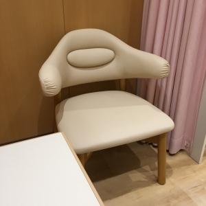 椅子は1人がけの椅子が1つに長椅子が1つ。サイドテーブルがあります。