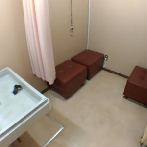 表の女性用トイレ内にもオムツ交換台が1台あります。こちらは隣の授乳室ですが中にオムツ交換台が1台と少し狭いですが授乳スペースがあります。エアコン付きで快適です。