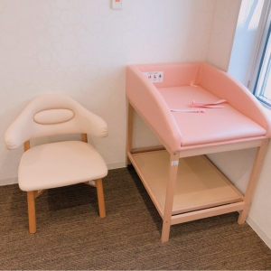 おむつ交換台と椅子(カーテンで区切って2箇所)