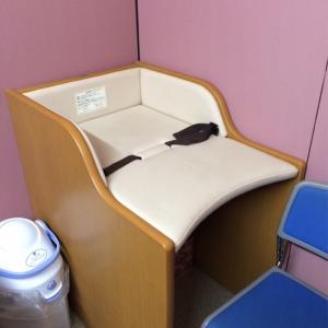 1階トイレ付近にパーティションで区切られた授乳スペースがあります。中にはオムツ台とゴミ箱、椅子があります。