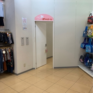 入り口  子供服売り場の隅にあります