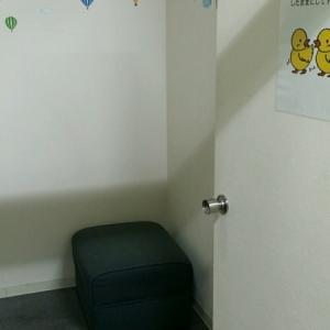 右側に椅子1つ。