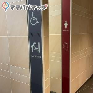 スタバの目の前。男子トイレ、多目的トイレ、女子トイレの順で並んでいます