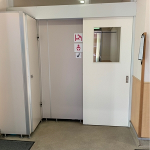 女性トイレ横に、授乳室とオムツ台の個室があります。