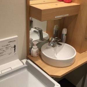 オムツ替えシートの横に手洗い台があるのが便利です。