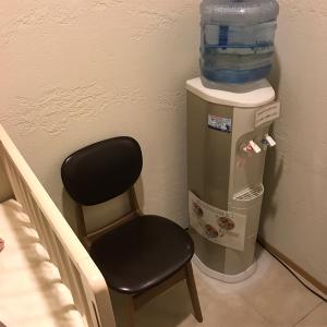 授乳室内に授乳椅子、調乳用のアクアクララのウォーターサーバーがあります。