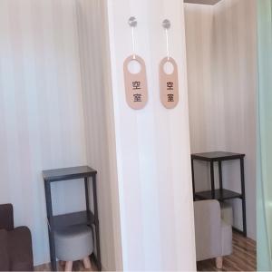 授乳室は2部屋。それぞれカーテンあり。個室にベビーカーと一緒には入れないです。