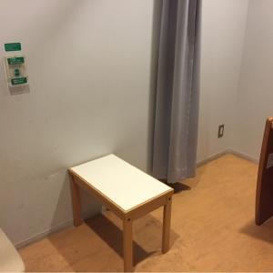 ドアのある個室(鍵はかからない)に授乳用のイスとテーブル、オムツ替えの台があります