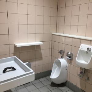 女子トイレ内のオムツ替え台です