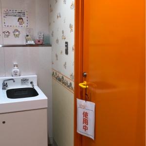ドアに鍵あり。使用中の札も。