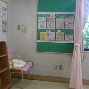 授乳室はカーテンで仕切るタイプです。授乳クッションもあります。