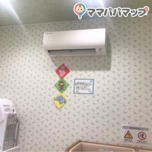 おむつ交換台の部屋、授乳室それぞれ冷暖房器具あり