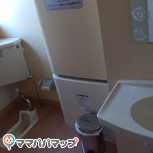 個室トイレ内にもオムツ替え台あり