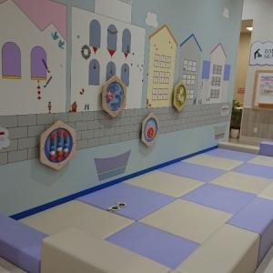 ハイハイできるスペース、絵本、キッズトイレ、オムツ交換する場所がありました!