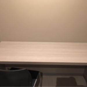椅子とテーブルのみ。トイレの中にある個室ですが、比較的綺麗です。